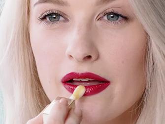 วิธีเนรมิตเรียวปากสวยด้วย Lip Comfort Oil โดย Inthefrow