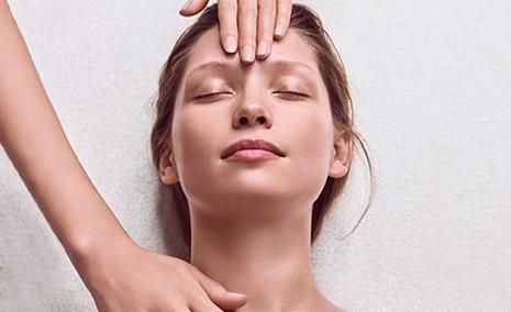 ผู้หญิงขณะรับบริการทรีตเมนต์ Skin Spa