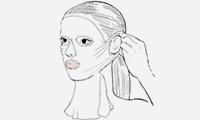 3. ดึงส่วนด้านข้างซึ่งเป็นบริเวณที่ใบหูติดกับแก้มออก จากนั้นคล้องมาส์กที่ใบหูโดยใช้ร่องสำหรับสวมเพื่อให้มาส์กแนบสนิท ตรวจสอบให้แน่ใจว่าช่องแผ่นมาส์กวางบริเวณปากและจมูกในตำแหน่งที่ถูกต้อง